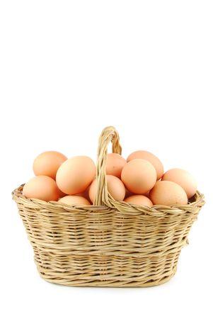 gallina con huevos: huevos en una canasta de mimbre tradicional aislados sobre fondo blanco