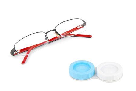 contact lenses: gafas rojos y lentes de contacto con los ojos aislados sobre fondo blanco Foto de archivo
