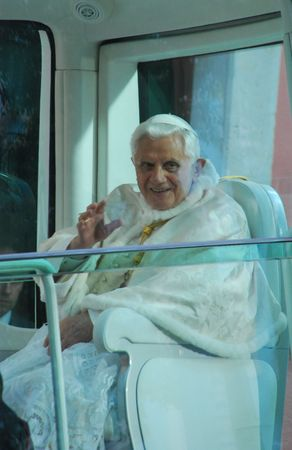 LISBON - maggio 11: 2010 Papa Benedetto XVI, nato Joseph Alois Ratzinger è la 265th e regnante Papa, successe Papa 11 maggio 2010 in LISBON, PORTUGAL.