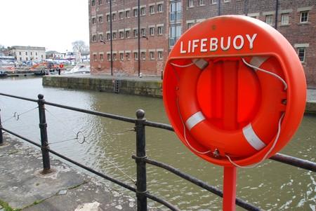 salvavidas: naranja boyas anillo de salvar la vida de espuma en muelles de Gloucester en Inglaterra, UK  Foto de archivo
