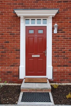 fachada de casa: entrada de una t�pica casa residencial brit�nica con entrada peque�o jard�n
