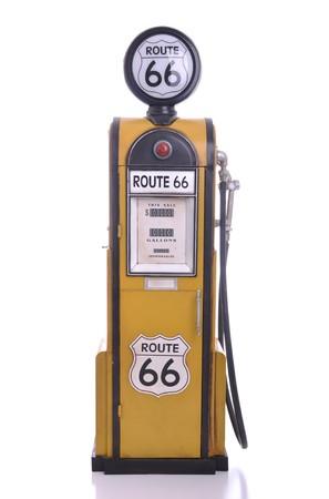 old service station: copia di una pompa della benzina giallo vintage route 66 isolata su sfondo bianco