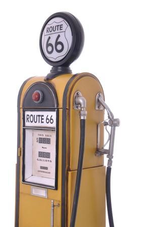 old service station: copia di una pompa della benzina giallo vintage route 66 isolata su sfondo bianco Archivio Fotografico