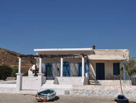 Maison grecque bleu et blanc typique dans la plage de Pserimos Banque d'images - 8298090
