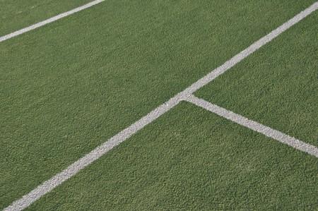 prato sintetico: linee bianche su un campo da tennis all'aperto (erba artificiale)