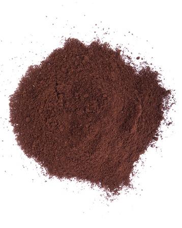 polvere di caffè fresco isolato su sfondo bianco (versione caotico)