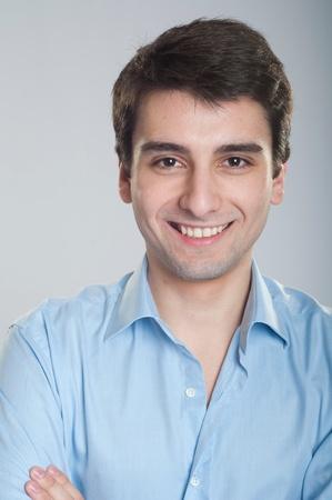Portret van een glimlachende knappe stagiair starten zakelijke carrière