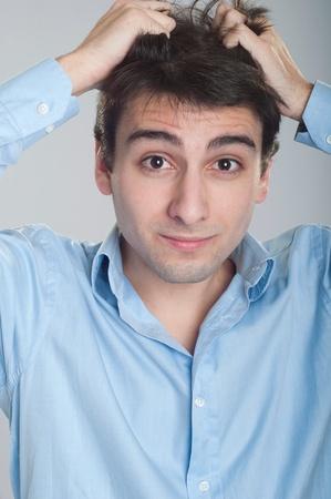 desesperado: Retrato de hombre joven empresa estresada