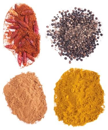 pimenton: especias de chili, pimienta, canela y curry aislados en fondo blanco