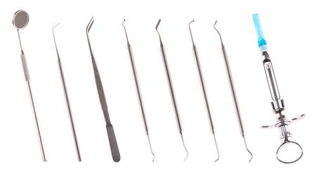 quirurgico: conjunto de instrumentos de cirug�a dental de acero inoxidable para el cuidado de dientes (aislado sobre fondo blanco) Foto de archivo