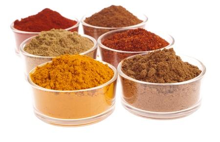 masala: colecci�n de especias Indias (comino, cilantro, piment�n, garam masala, c�rcuma, polvo de chili) en copas de vidrio aislados en fondo blanco