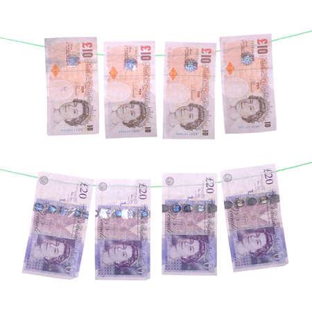 libra esterlina: el concepto de blanqueo de capitales con notas de libra (aisladas sobre fondo blanco)