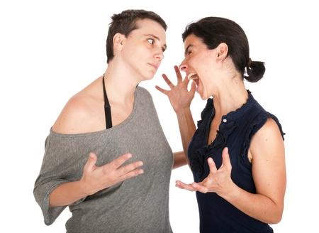 hermanas enojadas en sus 30s argumentando y gritando entre s�, aisladas sobre fondo blanco Foto de archivo - 10055489
