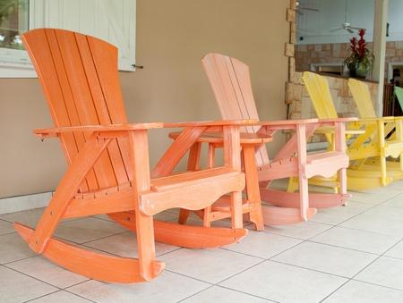 coloridas sillas mecedoras en el porche de madera (ajuste habitual en un resort tropical) Foto de archivo - 10597803
