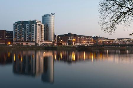 Riverpoint 建物とシャノン川の橋 (シャノン) アイルランド、リメリック (日没後撮影) の見事なナイトライフの核 写真素材