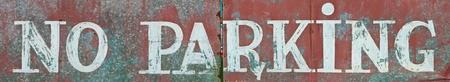 no parking: pas de parking �crite sur une surface rouill�e m�tallique (photo panoramique)