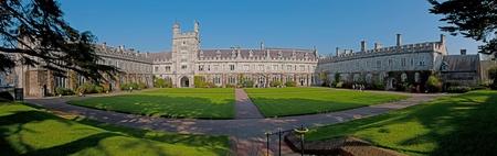 Cork, Irlanda - 26 de marzo: los estudiantes que asisten a la Universidad en el cuadrilátero principal el 26 de marzo de 2012 en Cork, Irlanda. UCC fue nombrado Universidad irlandesa del año por The Sunday Times en 2003, 2005 y 2011
