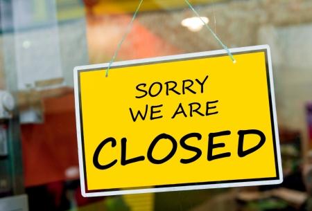 fermer la porte: d�sol� nous sommes ferm�s signe accroch� sur une porte fen�tre � l'ext�rieur d'un restaurant, magasin, bureau ou autre