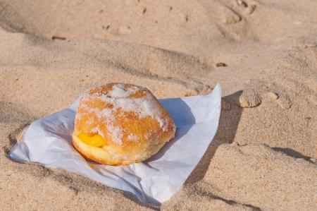berliner bal op een zandstrand in de Algarve, Portugal traditioneel verkocht tijdens de hele zomer