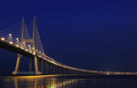 lisbonne: night shoot of Vasco da Gama Bridge in Lisbon, Portugal
