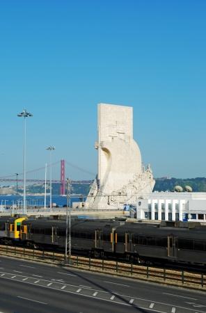 descubridor: famoso monumento a los descubrimientos marítimos en Lisboa, Portugal (puente 25 de abril en el fondo)