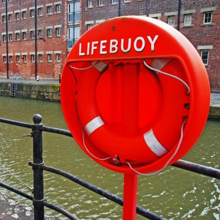 salvavidas: anaranjado boya salvavidas anillo de espuma en los muelles de Gloucester, Reino Unido