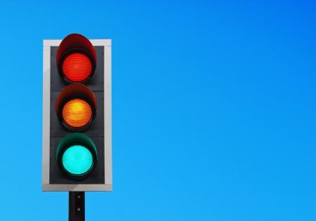 señal de transito: luces de tráfico contra un cielo azul vibrante (copy-space listo para su diseño)