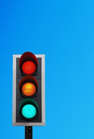 señal transito: luces de tráfico contra un cielo azul vibrante (copy-space listo para su diseño)