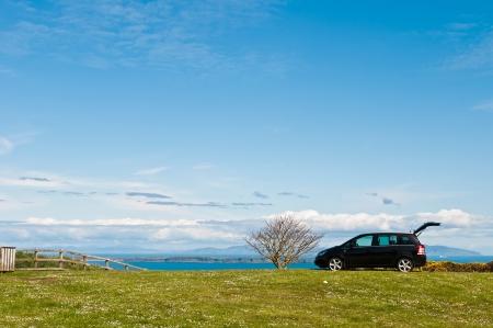 family picnic: negro SUV en el campo en Irlanda del Norte Reino Unido