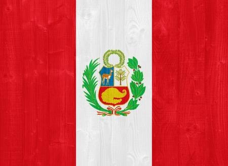 bandera de peru: hermosa bandera de Perú pintado en una textura de madera del tablón