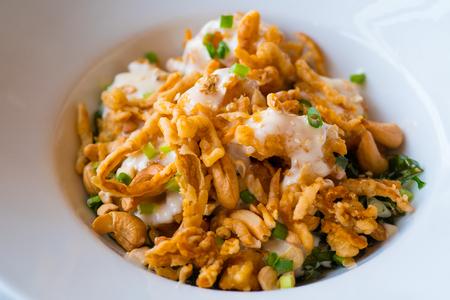 mayonesa: Camarones fritos con anacardo y mayonesa, delicioso plato para niños Foto de archivo