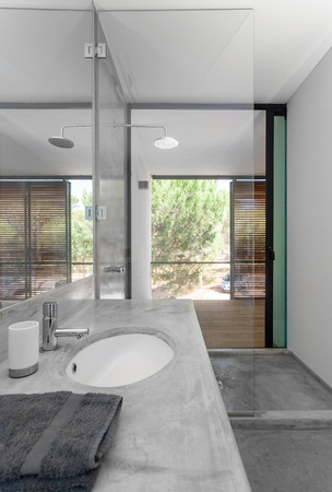modern bathroom: Modern bathroom in house