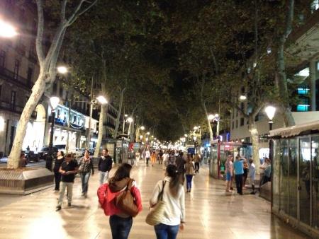 ramblas: Caminando por las Ramblas en Barcelona Espaa. Waking on Las Ramblas in Barcelona Spain
