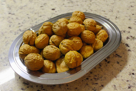 Platter with nuts, nuts or fruit, common-Walnut Fruit (Juglans regia L). Imagens - 36393447