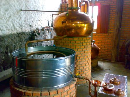 distillation: Tanque de destila��o de cacha�a em Alambique em Paraty, R�o de Janeiro, 2014. ron tanque de destilaci�n todav�a en Paraty, R�o de Janeiro, 2014.