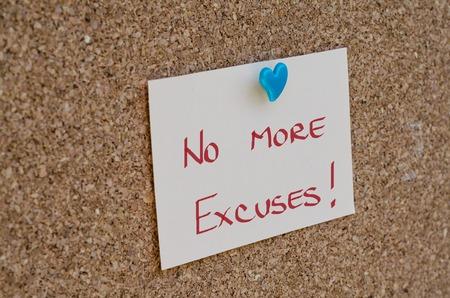 NO EXCUSES 메모에 기록 된 동기 부여 개념 스톡 콘텐츠