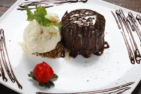 gateau: Chocolate Cake with Fresh, ice cream