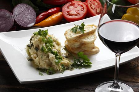 チャバタと赤ワインと細切りタラ