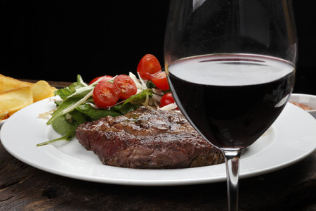 サラダ赤ワインとリブすみ肉