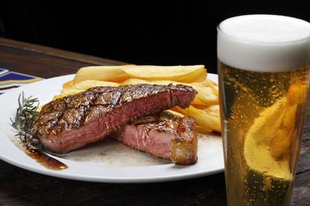 Picanha Steak con papas fritas y cerveza Foto de archivo - 84115709