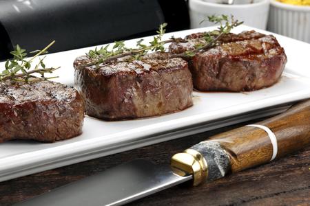 Drie steaks geroosterd op de grill Stockfoto