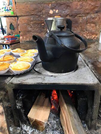 Estufa de leña en casa rural típica en el interior de Brasil