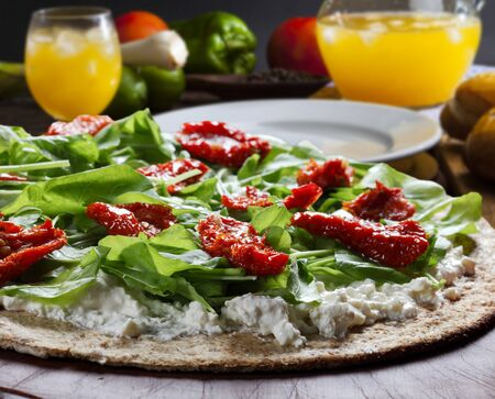 Whole wheat flour pizza and rucula