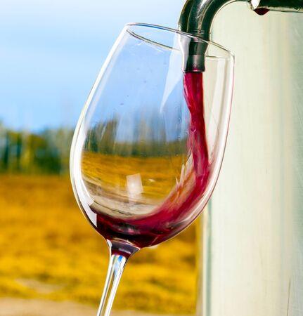 rubinetto del barilotto di vetro del vino rosso