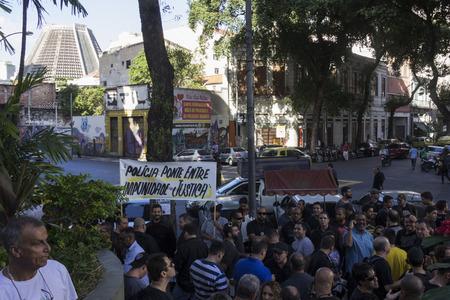crisis economica: Río de Janeiro, Brasil, 27 de Junio ??2016: Policía Civil de Río de Janeiro hace apagado durante unas horas y acto de protesta contra la crisis económica que afecta a la labor de la policía. En algunas comisarías no hay papel para el registro de éxito y hay una Editorial