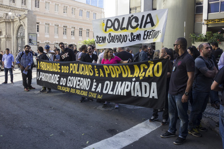 crisis economica: Rio de Janeiro, Brazil, 27 June 2016: Civil Police of Rio de Janeiro make shutdown for a few hours and act of protest against the economic crisis that affects the work of the police. In some police stations there is no paper for the hit record and there a