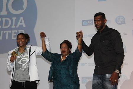 deportes olimpicos: Río de Janeiro, Brasil 10 de agosto de, 2016: Rafaela Silva, atleta medallista de oro brasileño del judo, asiste a una conferencia de prensa sobre la igualdad racial en el deporte para luchar contra el racismo.
