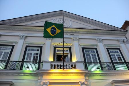 deportes olimpicos: Río de Janeiro, Brasil, 18 de septiembre, 2016: Bandera del Brasil se retira de la construcción de la Marina de Brasil, en el 2016 Olympic Boulevard Río.