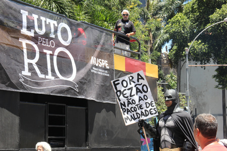 Rio de Janeiro, Brazil, December 6, 2016: Tension in Rio de Janeiro downtown. Demonstrators and police officers clashed and there was police truculence to disperse the demonstrators. Banco de Imagens - 67537336