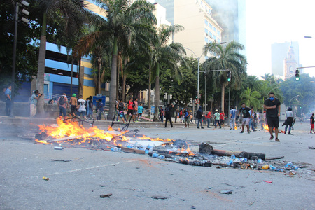 Rio de Janeiro, Brazil, December 6, 2016: Tension in Rio de Janeiro downtown. Demonstrators and police officers clashed and there was police truculence to disperse the demonstrators. Banco de Imagens - 67537363